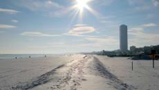 """""""Per evitare la progressiva erosione delle spiagge libere da parte degli stabilimenti balneari,la Regionestabilì, con la legge regionale n. 9/2002, che lungo il litorale dei Comuni costieri il fronte mare […]"""